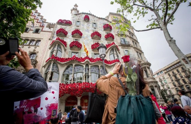 fachada-casa-batllo-repleta-rosas-este-viernes-previo-diada-sant-jordi-1461351390614.jpg